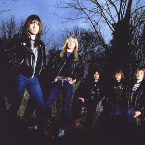 Iron Maiden - Chains Of Misery (2015 Remastered Version) Lyrics